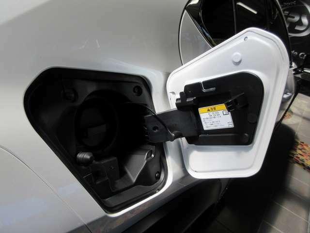 普通充電ポートインレット:家庭用の電源で深夜の駐車中に充電を済ませておけば、もう面倒なガソリンスタンドに立ち寄る機会は無くなりそうです。