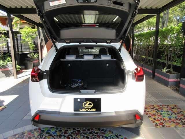 Aプラン画像:UX300eの荷室容量は何とガソリンモデルと同じ310リットルの広々設計です。ハイブリッドの「250h」よりも大きいから実に驚きです。後席を倒せばゴルフバッグも楽々と積めるのは、電気自動車として立派のひと言です。