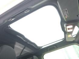 タフトといえば!!【ガラスルーフ】開放的ガラスルーフからは、温かい陽の光が車内に差し込みます。