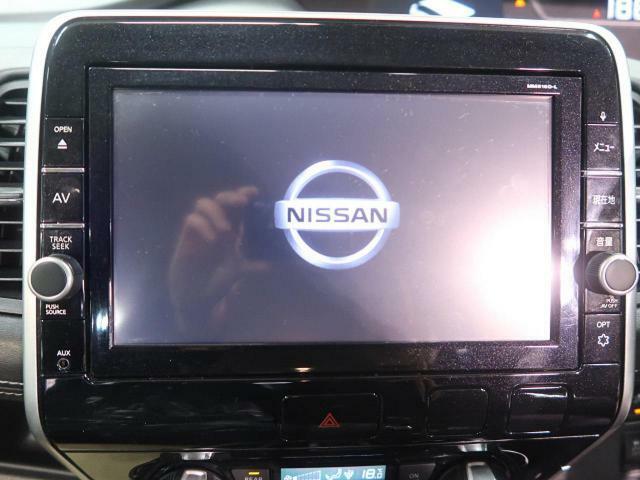 純正9型SDナビを装備!【DVDや地デジ・フルセグTVの視聴、CDからの音楽録音などの機能が有ります♪】
