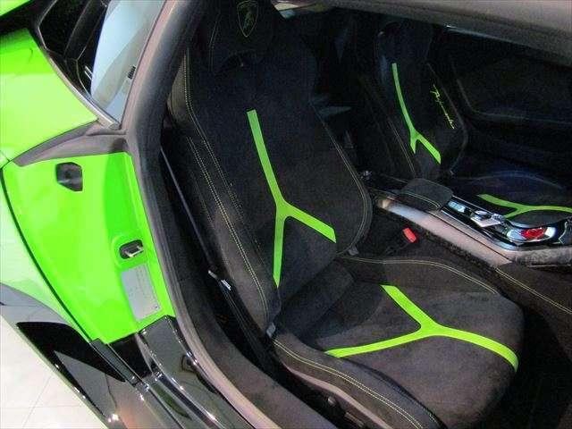 ブランディングパッケージによるヘッドレストにランボルギーニ・ クレスト(エンブレム)が入ります。シートヒータ付きパワーシートはグリーンとブラックのバイカラー