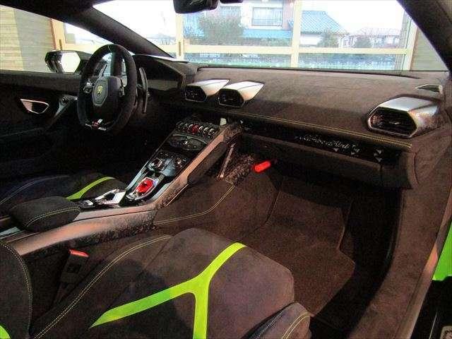 ブランディングパッケージでグローブボックスに「Lamborghini」のエンブレムが入ります。
