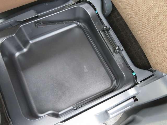 助手席のシートの下に取り外し可能な収納BOXが装備されています。
