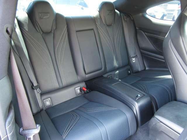 後席シートもヘッドレスト一体のハイバックスポーツシートにすると共に、センターアームレストを配するなど後席に乗る方の快適さにも配慮しました。フレアレッドのシートカラーがスポーツシーンを演出します。