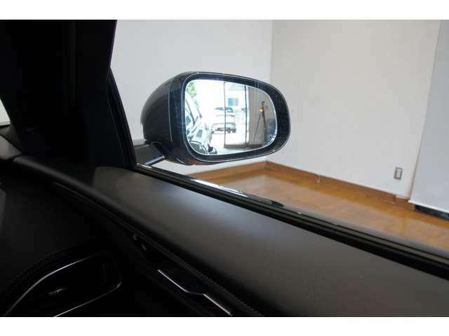 ドライバーが確認しづらい死角の車や接近してくる車を検知するブラインド・スポットモニターを装備。 検知した側のドアミラーに小さな警告ライトが点灯します。