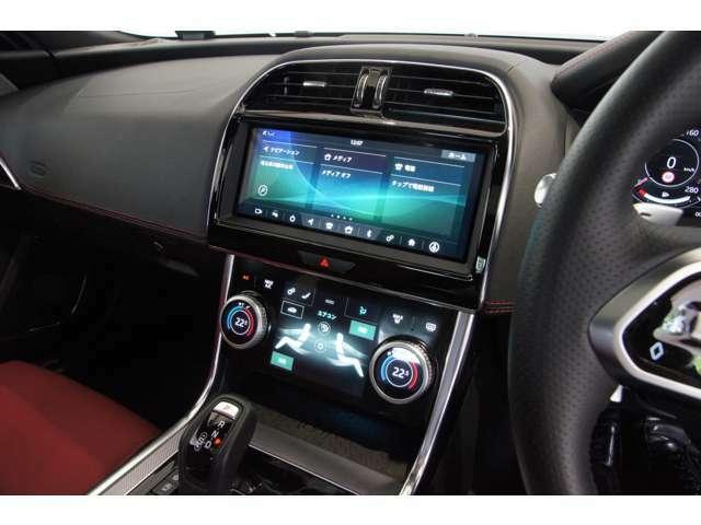 ドライバーに語り掛けてくるかのようなインテリアデザイン。その質感、カラーリングすべてがドライバーに向けてメッセージを発信します♪