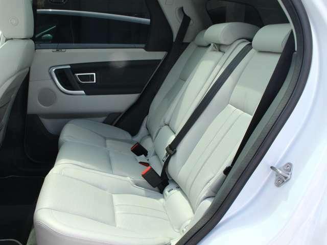 ランドローバーの中でも上位に入る後部座席の広さを持っております。
