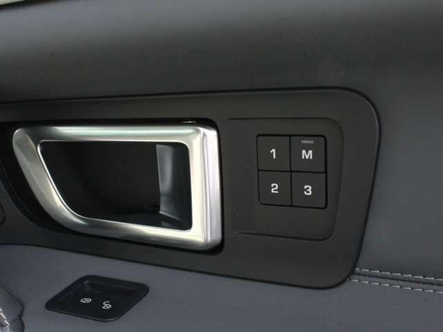運転席側にはシートメモリーを装備しております。
