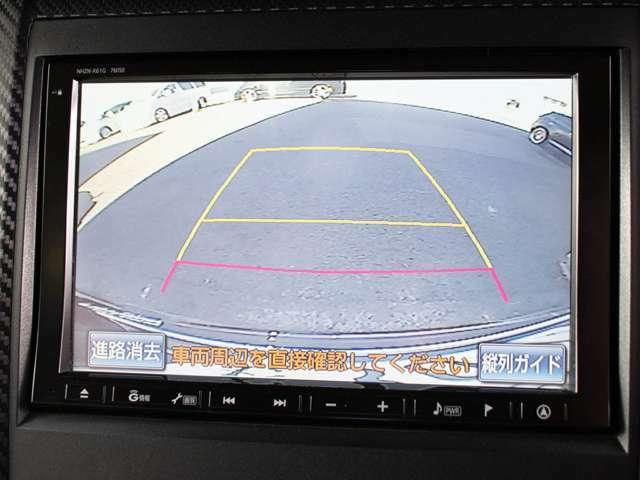 ギアをバックに入れると自動的に切り替わる優れものです。鮮明なカメラ画像にて車庫入れをサポートしてくれます。