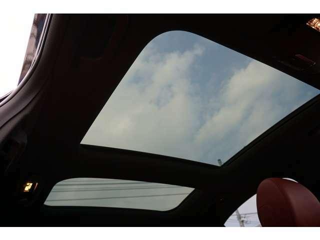 【ルーフ】室内温度に影響の少ない断熱強化ガラスを使用したパノラミックスライディングルーフは、車内に明るさと開放感をもたらします。
