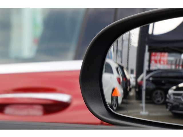 ブラインドスポットアシストは、走行中車両の斜め後ろの死角エリアをモニタリングし、ドアミラー内蔵のインジケーターを点灯させて注意喚起し、安全な走行のサポートをします。