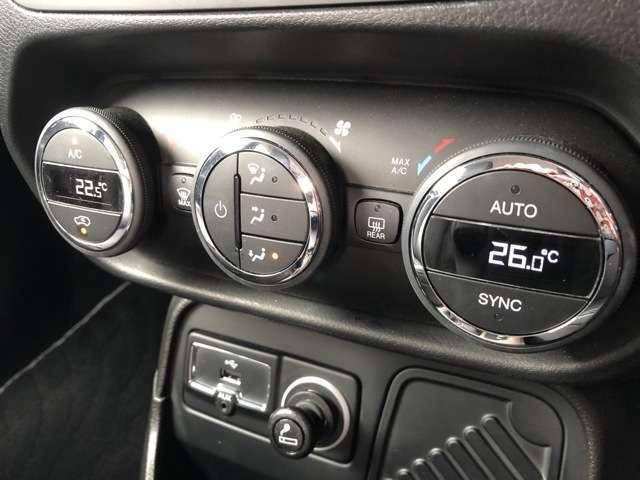 エアコンは左右別々の温度設定が可能です。