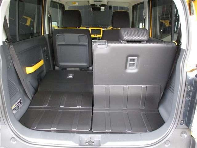 後席は5:5の分割可倒式シートで、荷物の用途に合わせたアレンジが可能!!車内からトランクの荷物の出し入れが可能◎