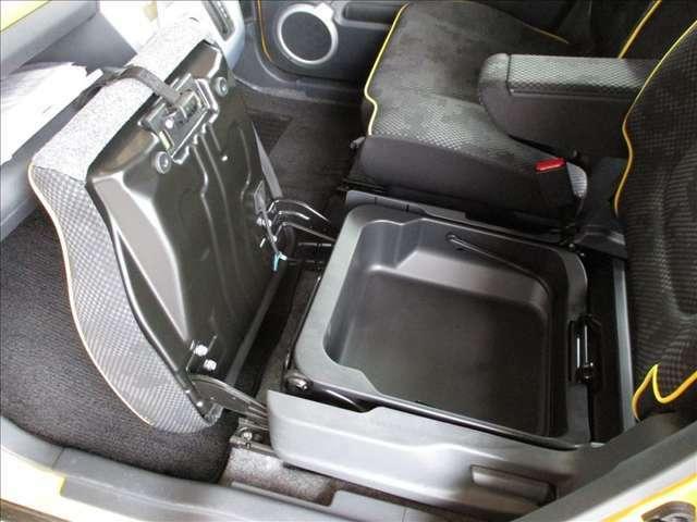 助手席下にも収納スペースがあり便利です