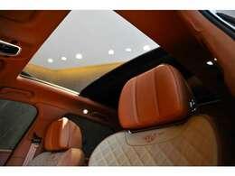 スライド式パノラミックルーフが装備されており開放感が有り前後シートの方にも快適にお乗り頂けます!
