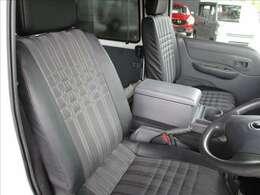 ダークグレーとグレーチェックのフロントシートです。定員は2人乗りです。運転席と助手席の間にはカップホルダーとセンターコンソールボックスが設置されています★☆★☆★