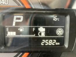 走行距離は2582km。メーター内のインフォメーションディスプレイは燃費計やシフトの位置などの様々な情報を提供いたします。