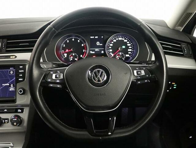 握りやすい3本スポークステアリングには、左手にACCアダプティブクルーズコントロール=前車追従機能&オーディオ用コントロールスイッチと右手にマルチファンクションディスプレー用コントロールスイッチを装備