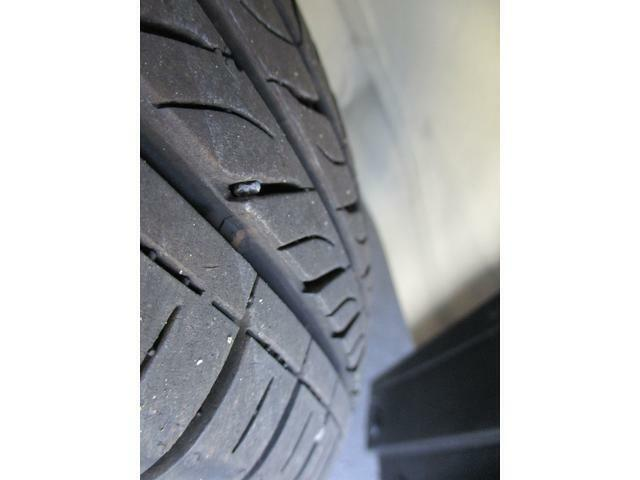 タイヤの溝もバッチリです。雨の日の高速道路も怖くありません。走行距離数も少ないので、かなり新鮮です。