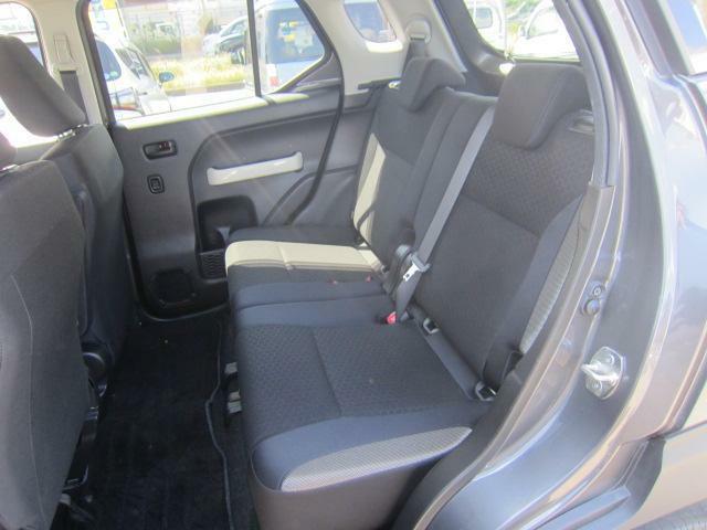 リヤシートは天井も高く快適空間!足元も広々。左右のシートが別々に動くのでアレンジ色々。
