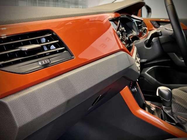 インテリアパネルにもオレンジカラーをプラス。明るい車内は女性にも人気です。