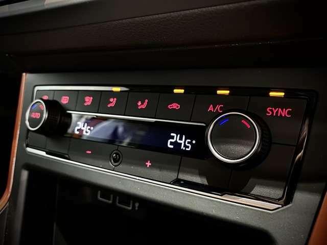 エアコンは左右独立でそれぞれ温度調節もできます。
