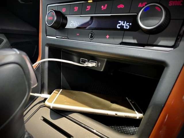 スマホは充電もできますし、助手席の方もUSBジャックが使用できます。
