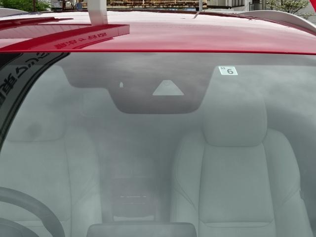 【スマートシティブレーキサポート】を装備です。4~30km/hでの低速走行中、フロントガラス設置した、近赤外線レーザーレーダーで先行車や障害物を検知してブレーキを自動制御し、衝突被害を軽減します。