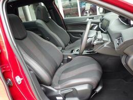 レッドステッチテップレザー&ファブリックスポーツシートです。ソフトな座り心地が魅力的です。上質な室内空間を漂わせ、同乗者の方も心地よい気分にさせてくれます。