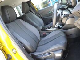 シートはテップレザー&ファブリック仕様です。ホールド感のあるフロントシートは長時間の運転でも疲労感を感じさせず、腰への負担も軽減させます。
