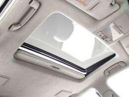 サンルーフ搭載!!全国的にも数が少なく希少性の高い装備の一つです。フルオープンやチルトアップも可能!!ドライブをさらに快適にしてくれる装備の一つです!!