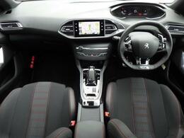 コックピットは小径ステアリングが採用され、操舵性が容易です。デジタル表記のスピードメーターもございますので視認性がよく、ドライバーの負担を軽減いたします。