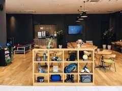 シックなカフェコーナー☆お客様用電源やWi‐fiも完備しております。又、キッズコーナーも充実しております。