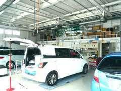 隣接した設備工場では、確かな腕でお車をお預かりします。充実した設備でお客様のお車を大切に整備致します。