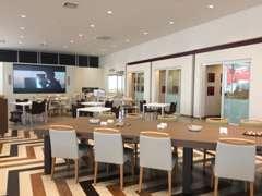 「箱根寄木細工」を床で表現した、広く清潔感のあるショールーム。