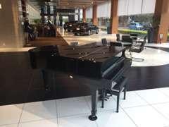 毎月第一土曜・日曜に生演奏をお届けいたします。ピアノパフォーマンス 11:00~ / 13:30~ / 15:00~ / 16:20~ (40分)