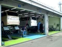 お買い上げ頂きましたお車は併設のトヨタサービス工場にて整備を行います!指定工場ですので車検、点検などもお任せ下さい!