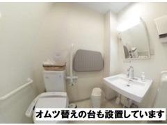 オムツ替えの台を用意したバリアフリーのトイレも設置しています。