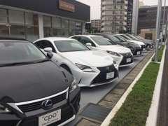 セダン、コンパクトカー、SUV、ハイブリッドカーまで、多数のレクサス車をご用意しております。