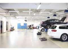 店舗内の指定整備工場にて整備士が責任をもって整備いたします。