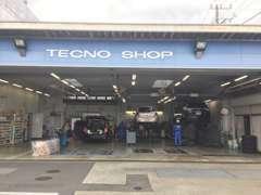 サービス工場も併設しております。お車のことでお困りなことがあれば当店の専門スタッフが丁寧に対応させていただきます。
