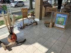 <緑の募金>や<木育>等、森を守る、知る活動をしております。お待ちの間も店舗で快適に過ごして頂けたらと存じます。