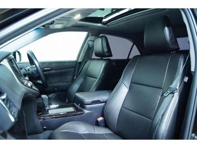 室内は210クラウン専用の黒革調シートカバーで統一されており非常に高級感ある空間となっております!