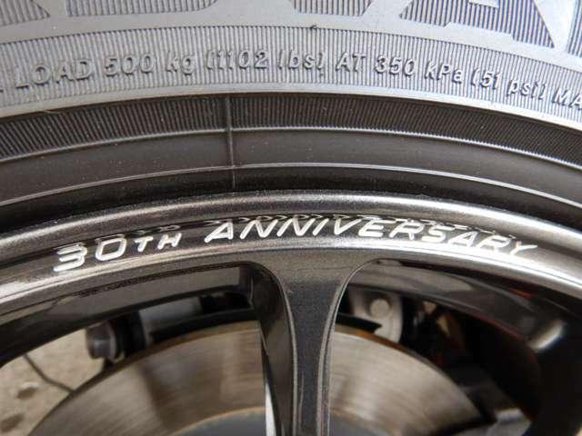 30周年記念車の専用アルミはRAYS社製鍛造アルミホイール(ダークガンメタリック塗装)となっており、【30th ANNIVERSARY】の文字が刻まれています!!