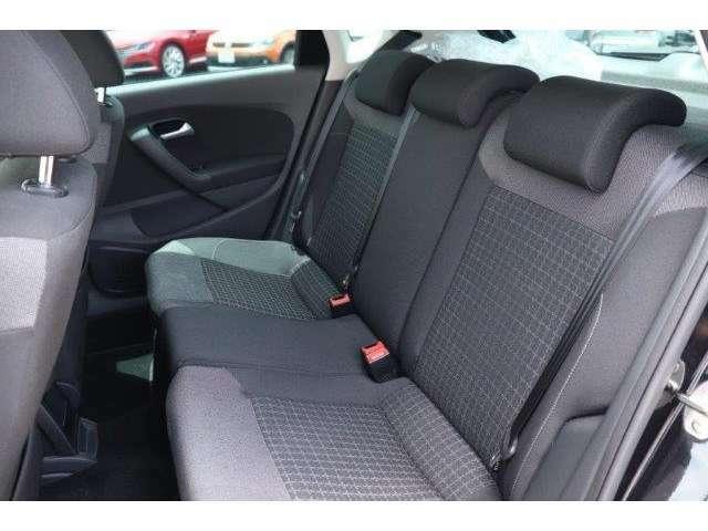 後部座席は3人がけのシートになっております!大きな荷物を載せる際は、シートを倒すことも可能です!