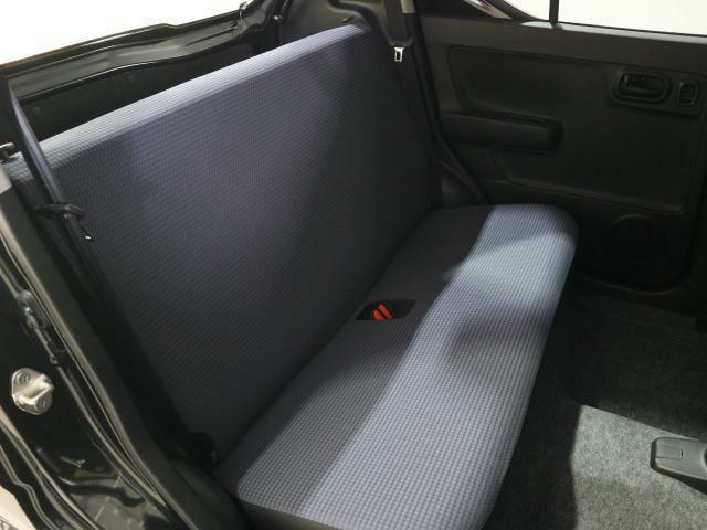 後席の足元はビッグスペース。大人が足を組んで座ることも可能です。