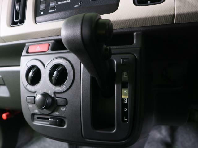 操作性を考慮したシフトレバーは、楽な運転姿勢と適切な操作性の確保により疲労を低減します。