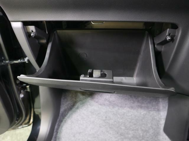 大容量グローブボックス! 収納が多いので、車内がスッキリ。車外から覗かれたくない荷物も、しっかり隠せます。