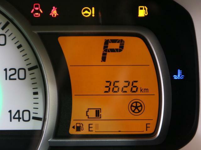 多彩な情報を見やすく表示する、視認性の高い常時発光のメーターです。平均燃費や航続可能距離などを表示する「マルチインフォメーションディスプレイ」を装備。ドライブに役立つ情報を表示します。