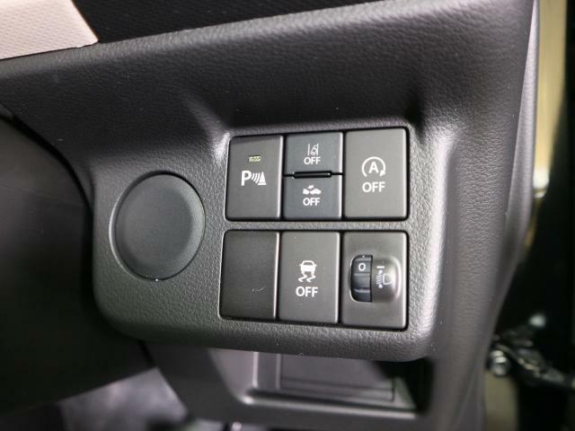 操作性を重視したスイッチレイアウト。頻度の高いスイッチは手を伸ばしやすいところへ、そうでもないスイッチは誤操作を防ぐところへ。